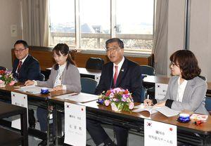 上峰町を表敬訪問した元景熙市長(右から2人目)ら韓国・驪州市の訪問団=上峰町役場
