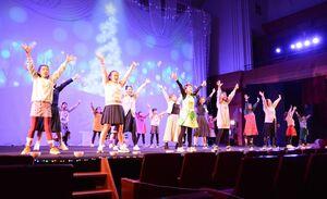 ミュージカル「キャンドルに願いを」を熱演するAKMアミューズのメンバー=有田町黒川の炎の博記念堂