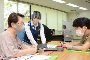 無料通信アプリLINE(ライン)の使い方や危険性を学ぶ参加者ら=吉野ヶ里町三田川健康福祉センターふれあい館