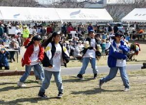 北川副桜まつりで、ダンスを披露して会場を盛り上げる小中学生=佐賀市南佐賀の南佐賀公園