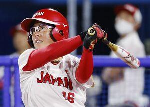日本―イタリア 6回、藤田が3ランを放つ=横浜スタジアム