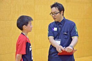バレーボールへの思いなどを生徒に尋ねる村上市長(右)=嬉野市の塩田中