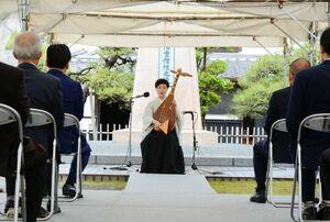 大隈祭で、薩摩琵琶を演奏した北原香菜子さん(中央)=佐賀市の大隈重信記念館