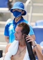テニス男子シングルス3回戦の試合中に、ベンチで送風を受けるROCのダニル・メドベージェフ=28日、有明テニスの森公園