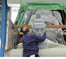 鍋島直正像の原型を分割して、トラックに積み込む作業員=佐賀市川副町のミゾタ川副事業所倉庫