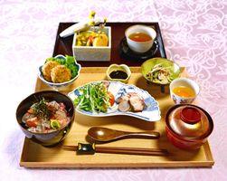オトナ女子の古民家ランチで提供される料理。メーンは海鮮丼(写真)とローストビーフ丼から選べる