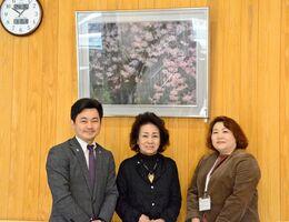 (左から)松尾佳昭町長、絵を寄贈した中野澄子さん、町社協の岩永千津事務局長=有田町の多世代交流センターゆいたん
