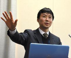 九州国立博物館の魅力を紹介する八尋智之主任研究員=鳥栖市立図書館