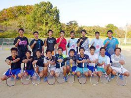 九州大会を勝ち抜き、全国大会出場を目指す塩田工業高ソフトテニス部のメンバー