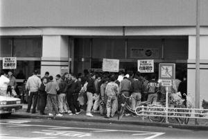 ドラゴンクエスト4を求め店先には長い行列ができた=平成2年2月11日、佐賀市水ケ江のトポス