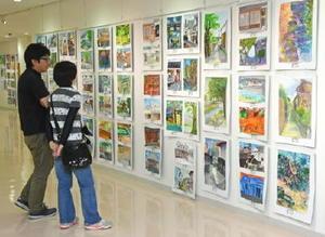 審査員特別賞や特選などに選ばれた作品を鑑賞できる会場=鹿島市の市民交流プラザ「かたらい」