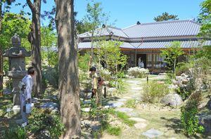 庭園とともに移築復元された旧大島邸。茶室を3室備え、和の雰囲気が漂う=唐津市南城内
