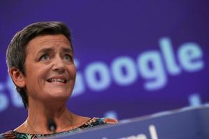 米グーグルへの制裁金を巡り記者会見する欧州委員会の担当者=20日、ブリュッセル(AP=共同)