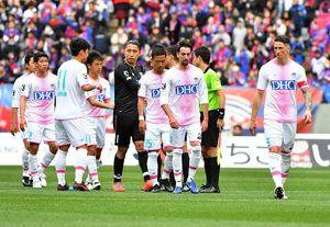 鳥栖-F東京 0-2で敗れ、開幕から3連敗を喫した鳥栖。厳しい表情で引き揚げるFWトーレス(右)ら=東京都の味の素スタジアム