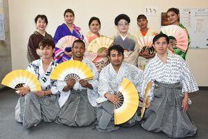 日本舞踊を体験した留学生と泉徳喜恵さん(後列右から3人目)ら=鳥栖市の日本語学校「弘堂国際学園」