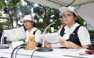 プレパレードの進行役を務めた(左から)佐賀清和1年の井手綺音さん、2年の副島汐理さん=8月、佐賀市