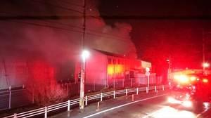 煙を上げる佐賀北高校の火災現場=12日午前1時55分ごろ、佐賀市天祐