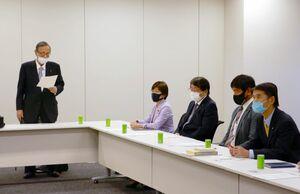 整備新幹線について論議する与党PTであいさつをする細田座長(左)=東京永田町・衆院第2会館