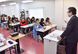 選挙の仕組みなどを学ぶ学生ら=佐賀市のエッジ国際美容専門学校
