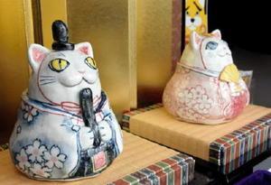 今年初お目見えした猫のお内裏様とおひな様=佐賀市八幡小路の太平社宝石店