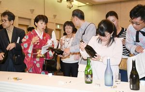 The SAGA認定酒を味わう参加者ら=佐賀市のグランデはがくれ