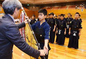 閉会式で表彰を受ける須恵剣友会の選手たち=県総合体育館