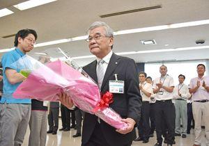 職員の拍手に送られ、庁舎を後にする渕上哲也さん=多久市役所