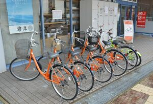 「お手ぶら観光」で利用できる貸し自転車。奥は屋外コインロッカー=唐津市ふるさと会館アルピノ