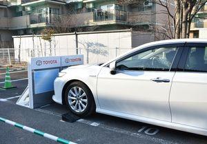 スタッフから安全装置などの話を受けながら試乗体験した=佐賀市の佐賀大学本庄キャンパス