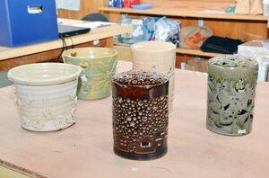 ランプシェード(中央)や植木カバー(左側)を作る飛龍窯の夏休み陶芸教室=武雄市武内町
