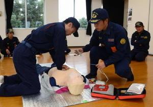 AEDの使い方を確かめる消防団員ら=太良町中央公民館