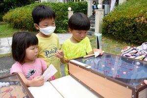 スマートボールで遊ぶ子どもたち=唐津市鏡の旧海浜館
