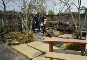 会場に2カ所造られたモデル庭園。出店業者が庭造りの相談にも応じている=吉野ケ里歴史公園臨時駐車場
