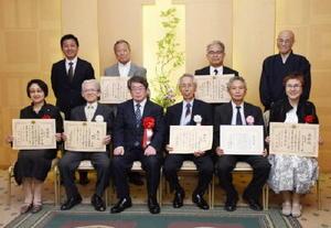 功績が評価され表彰や感謝状を受けた行政相談委員の7人=佐賀市のグランデはがくれ