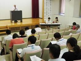 放課後児童クラブ支援員の処遇改善などをテーマにした会議=佐賀市のほほえみ館