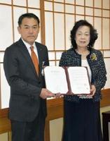 進出協定を結んだクレコスの暮部恵子社長(右)と峰達郎唐津市長=唐津市役所