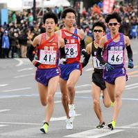 最終7区で佐賀の古賀淳紫(左、安川電機)が兵庫、鹿児島、新潟と激しいレースを繰り広げる=広島市の平和記念公園前