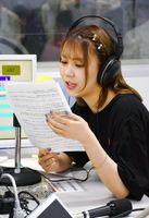 リスナーからのメールを読む川後陽菜さん=唐津市南城内のFMからつスタジオ