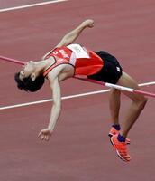 男子走り高跳び予選 2メートル28をクリアする戸辺直人=国立競技場
