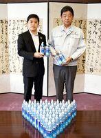 武広勇平町長に消毒用ハンドジェルを贈る第一環境整備事業所の松本宗貴社長(右)=上峰町役場