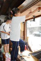 手作りの小道具でショーウインドーを飾り付ける参加者=24日、有田町の内山地区