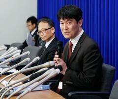 新型コロナウイルス感染が確認された大阪府の女性ガイドについて説明する厚労省の担当者=29日夜、厚労省