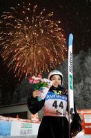 W杯ジャンプ女子第8戦で2位になり、花火を背に花束を掲げる高梨沙羅=クラレ蔵王シャンツェ