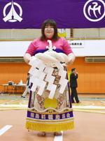 「女だけの相撲大会」で優勝した西山まこさん=14日午後、北海道福島町