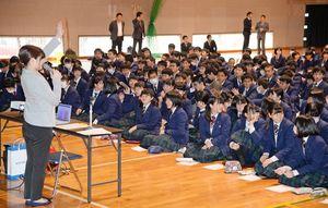 記者から出題されたクイズに、手を挙げたり話し合ったりする生徒たち=佐賀市の致遠館高
