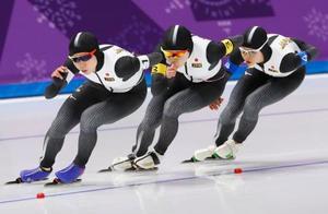 平昌冬季五輪のスピードスケート女子団体追い抜き決勝で滑走する(左から)高木美、佐藤、高木菜。金メダルを獲得した=21日、韓国・江陵(共同)