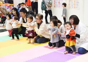 前回のハイハイよちよちレースで、スタートを待つ子どもと保護者=佐賀市のゆめタウン
