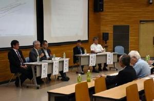 住宅と健康の関係について意見を出し合うパネリストたち=佐賀市の佐賀大学鍋島キャンパス