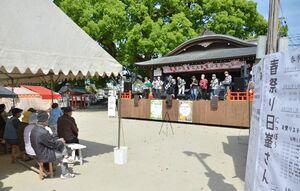 佐嘉神社と松原神社の春祭り「日峯さん」の特設ステージで演奏を披露する愛好家たち=佐賀市松原