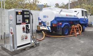 タンクローリーと直結の簡易なガソリンスタンド「どこでもスタンド」の検証実験=2018年11月